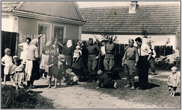 Vojáci rudé armády v létě 1945,před bývalým č.p. 20 nyní čp. 73 pana Suchého.